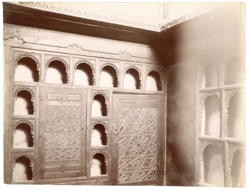 Armoire et étagères dans une salle du palais al-Musafirkhana