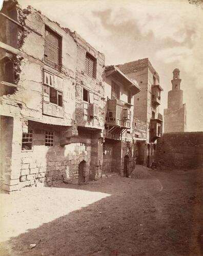 Rue avec à l'arrière-plan la mosquée ibn Tulun