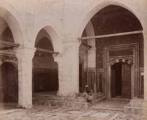 Entrée de la salle de prière de la mosquée Sulayman pacha, s. d., bibliothèque de l'INHA, Raccolta artistica..., 1887, f° 29.