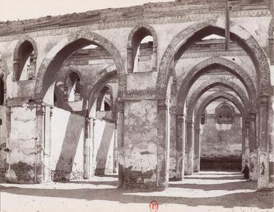Arcades de la salle de prière vues depuis la cour de la mosquée Ibn Tulun