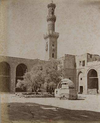Cour de la khanqah al-Nasir Faraj ibn Barquq et l'un de ses minarets, s. d., bibliothèque de l'INHA, Raccolta artistica..., 1887, f° 39.