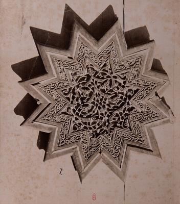 Étoile en bois sculpté et ajouré avec incrustations