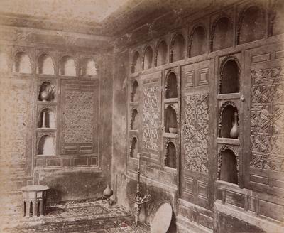 Étagères à l'intérieur du palais al-Musafirkhana