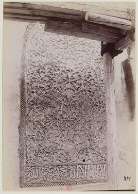 Fausse fenêtre à décor de stuc à l'extérieur de la coupole de la mosquée al-Mu'ayyad