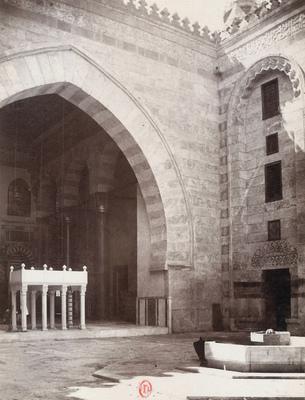 Vue d'un iwan et de la fontaine aux ablutions dans la cour de la mosquée du sultan Barquq