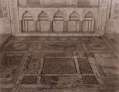 Pavement à l'intérieur du palais al-Musafirkhana