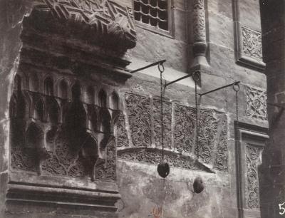 Détail sculpté sur le mur de la cour centrale de la mosquée Qaytbay